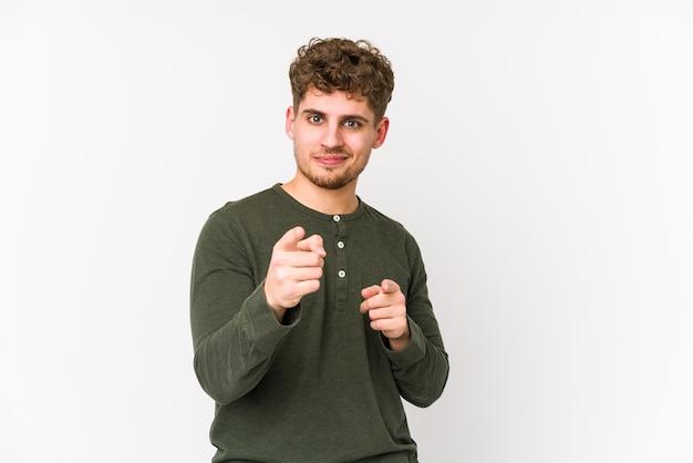若いブロンドの巻き毛の白人男性は指で前を指して分離しました。