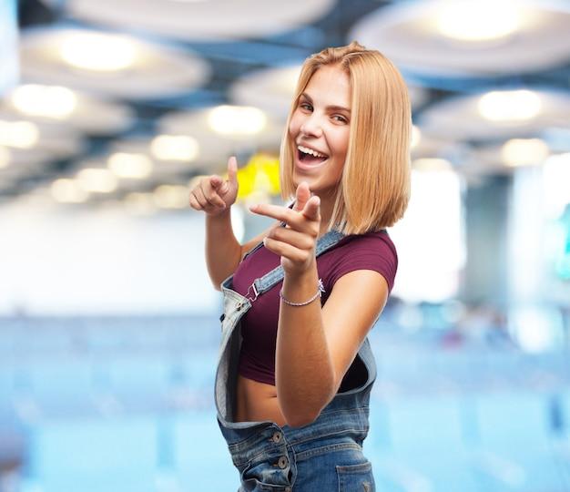 젊은 금발 소녀. 행복한 표정