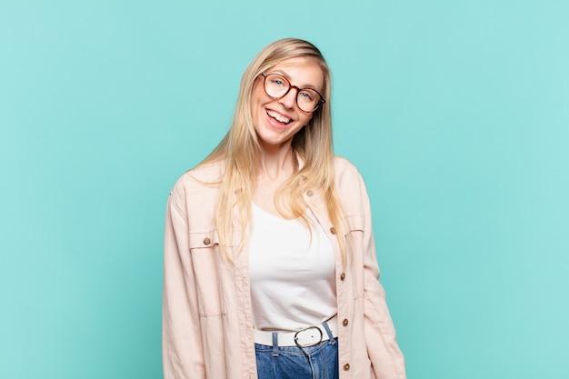 大きくて、フレンドリーで、のんきな笑顔で、前向きで、リラックスして、幸せで、身も凍るような若い金髪のきれいな女性
