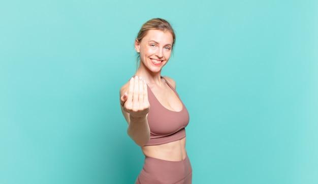 금발의 젊은 여성이 행복하고 성공하며 자신감을 갖고 도전에 직면하고 힘을 내라고 말합니다! 또는 당신을 환영합니다. 스포츠 개념