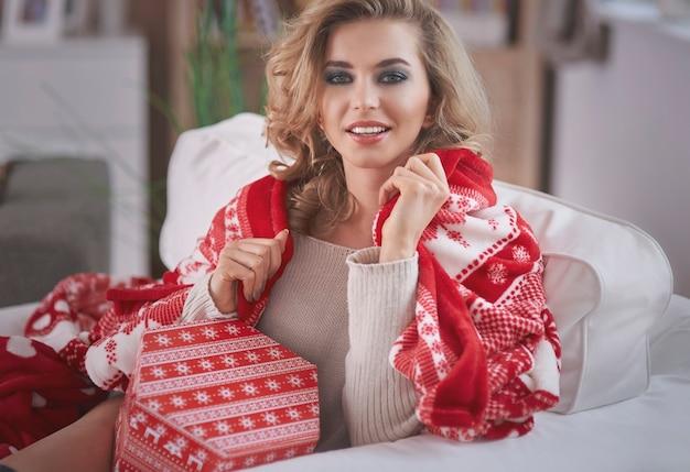 크리스마스 선물을 들고 젊은 금발 여자