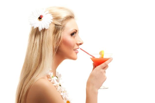 カモミールの花から作られた衣装を着た若いブロンドの女性