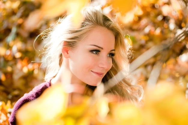 가 색상에 밝은 머리를 가진 젊은 금발 여자