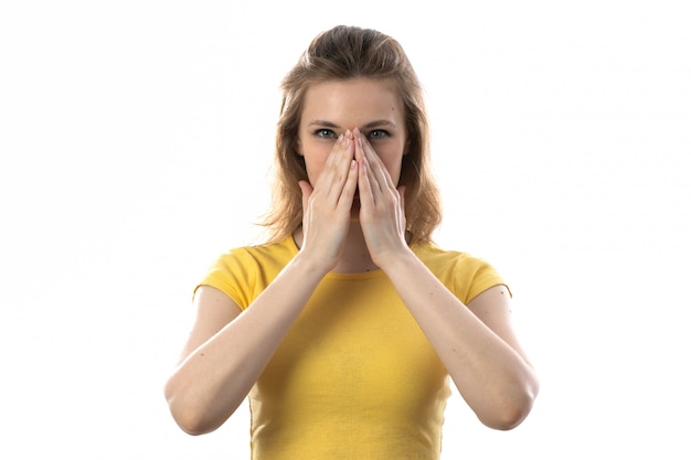 Giovane donna bionda con maglietta gialla