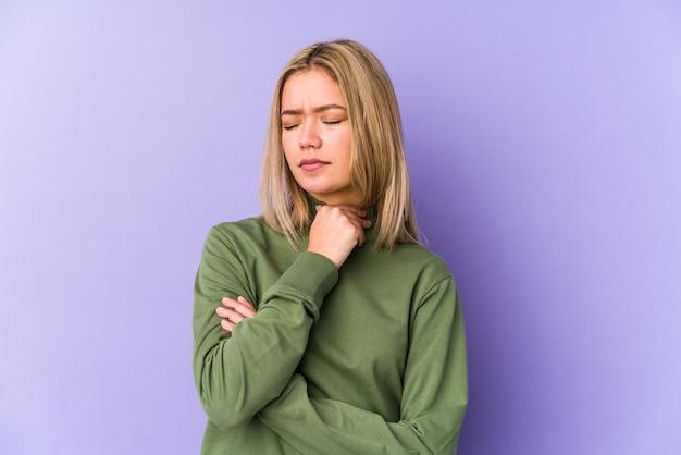Изолированная молодая белокурая кавказская женщина страдает от боли в горле из-за вируса или инфекции.