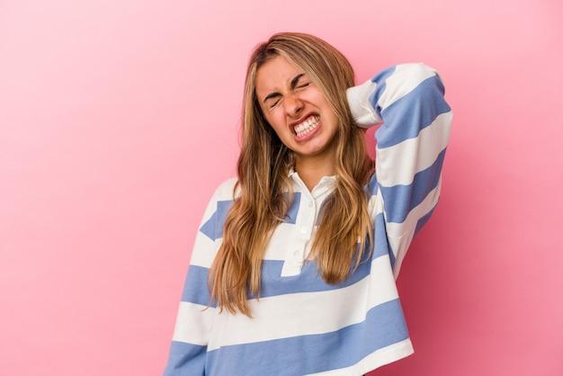 座りがちな生活のために首の痛みに苦しんでいる若い金髪の白人女性。