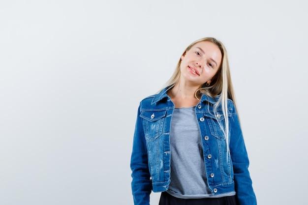 Молодая блондинка очаровательная женщина изолированные Бесплатные Фотографии