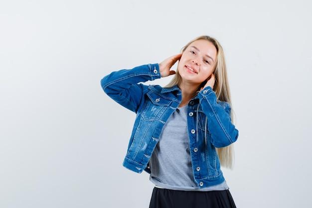 Giovane donna affascinante bionda isolata Foto Gratuite