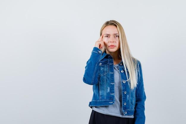 고립 된 젊은 금발의 매력적인 여성