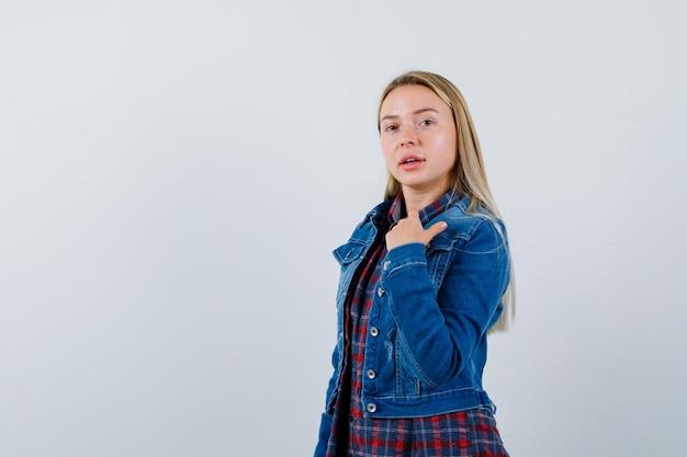 分離された若いブロンドの魅力的な女性