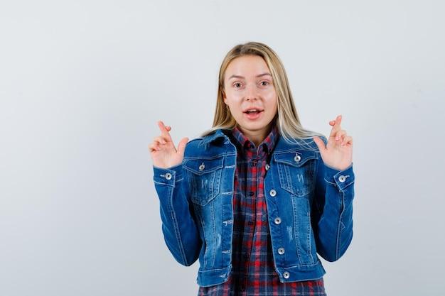 Giovane donna affascinante bionda isolata