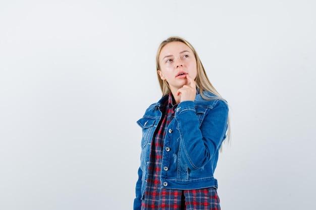 分離された若いブロンドの魅力的な女性 無料写真