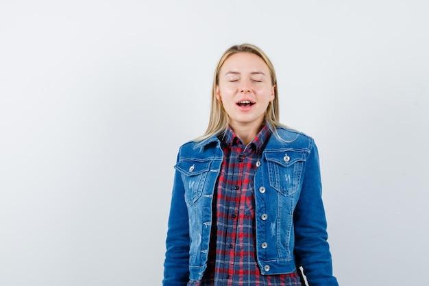 Молодая блондинка очаровательная женщина изолированные