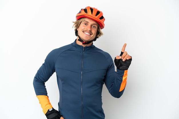 Молодой блондин велосипедист, изолированные на белом фоне, показывает и поднимает палец в знак лучших