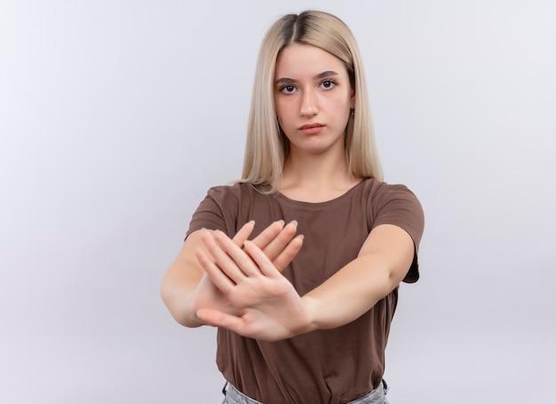Giovane ragazza bionda che gesturing no con le mani tese e sulla parete bianca isolata con lo spazio della copia