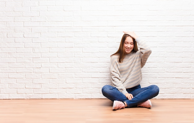 ああ言って笑うと額を叩く若いブロンドの女の子!私は忘れたか、それは床に座っている愚かな間違いだった