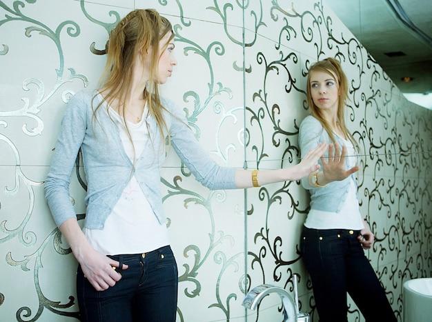 Молодая блондинка в интерьере