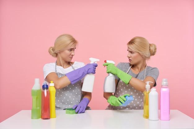 春の大掃除の準備中にゴム手袋を着用している若い金髪の素敵な主婦