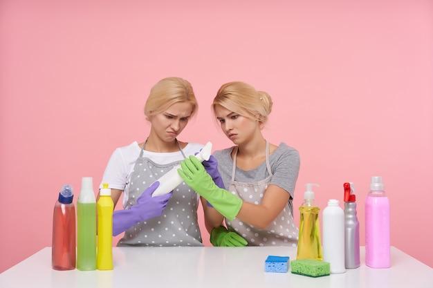 Молодая блондинка милые домохозяйки в резиновых перчатках готовятся к весенней уборке