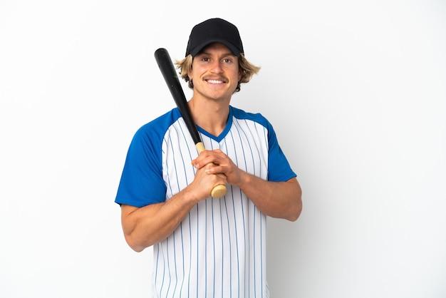 Молодой блондин, изолированные на белом фоне, играет в бейсбол