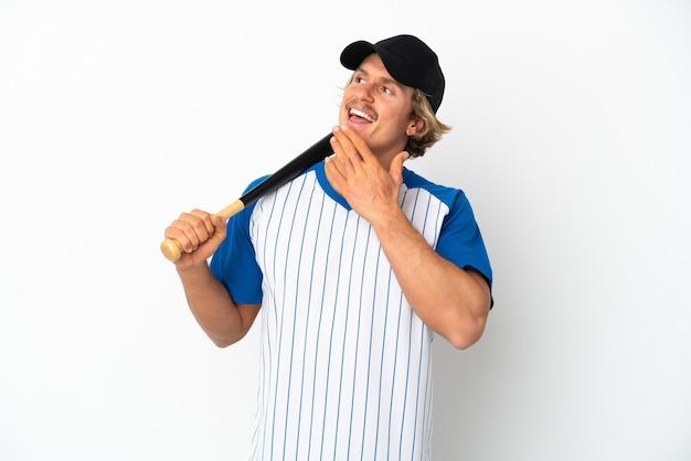 웃는 동안 찾고 흰색 배경에 고립 야구 젊은 금발의 남자