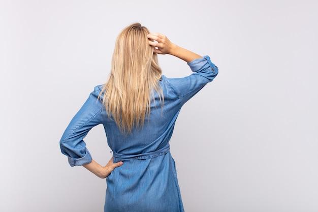 ジーンズのドレスと若い金髪のきれいな女性