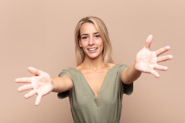 若い金髪のきれいな女性