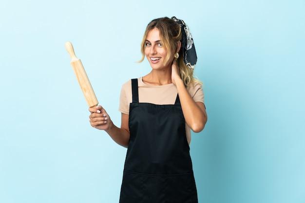 Молодая блондинка уругвайская кулинария женщина изолировала смех