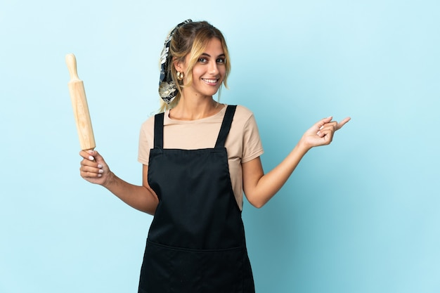 Молодая блондинка уругвайская кулинария изолировала указывая пальцем в сторону
