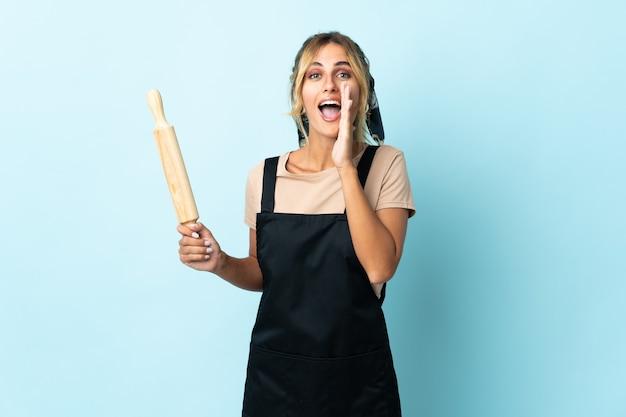 Молодая блондинка уругвайская кулинария изолирована и кричит с широко открытым ртом
