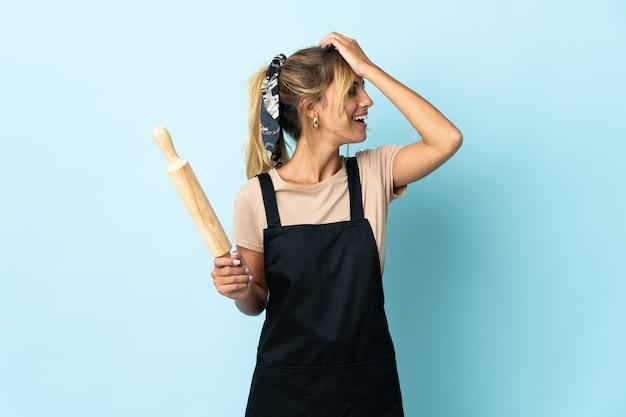 Молодая блондинка из уругвая, готовящая женщина на синем, что-то поняла и намеревается решить