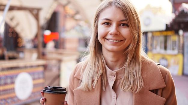 푸드 코트에서 커피 한 잔 여자와 젊은 금발 프리미엄 사진