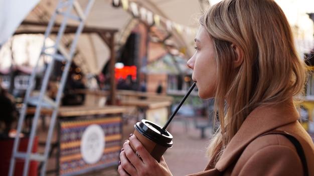 푸드 코트에서 커피 한 잔 여자와 젊은 금발