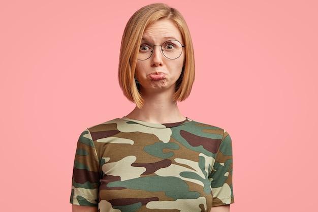 Giovane donna bionda in maglietta mimetica