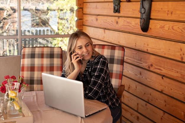 젊은 금발의 여성은 사인 사이트에서 새로운 지인과 소통합니다. 온라인 데이트 개념