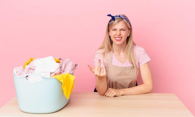 Молодая блондинка чувствует себя сердитой, раздраженной, мятежной и агрессивной. концепция стирки одежды