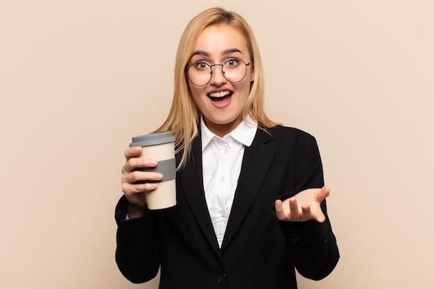 Молодая блондинка чувствует себя счастливой, удивленной, удачливой и удивленной, как будто серьезно говорит: «боже»? невероятный