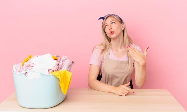 Молодая блондинка чувствует стресс, тревогу, усталость и разочарование. концепция стирки одежды