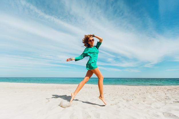 La giovane donna bionda si diverte e si gode le sue vacanze estive