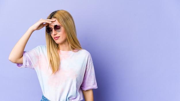 Молодая блондинка женщина с головной болью, касаясь передней части лица