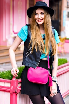 ヨーロッパの休暇、スタイリッシュな明るい流行に敏感な衣装、楽しい長い髪、かわいい顔、ストリートスタイルのファッションに近いポーズの若いブロンドの女性。