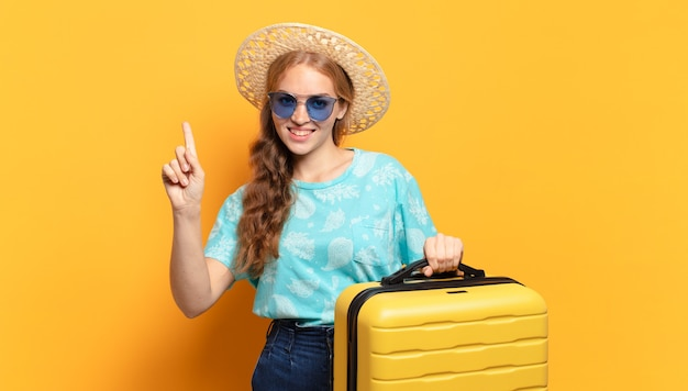 若い金髪の女性。休日や旅行のコンセプト