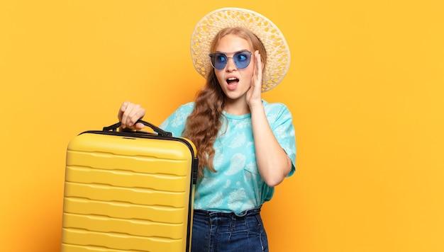 젊은 금발의 여자. 휴일 또는 여행 개념