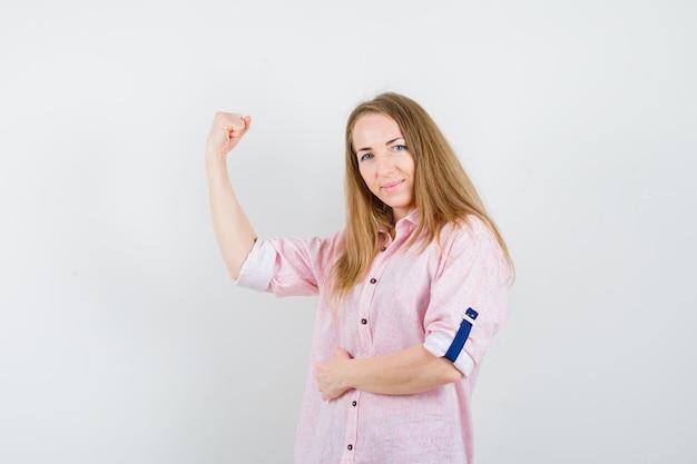Молодая блондинка в повседневной розовой рубашке