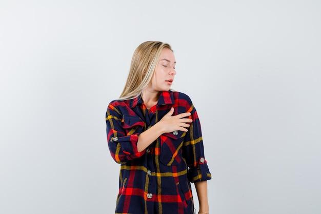 市松模様のシャツを着た若いブロンドの女性