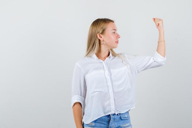 白いシャツを着た若いブロンドの女性