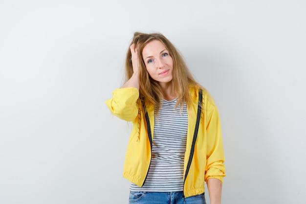 노란색 재킷에 젊은 금발 여자