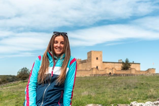 Молодая блондинка в замке педраса, сеговия.