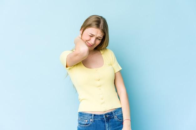 스트레스, 마사지 및 손으로 만져 목에 통증이있는 파란색 벽에 고립 된 젊은 금발의 여자.