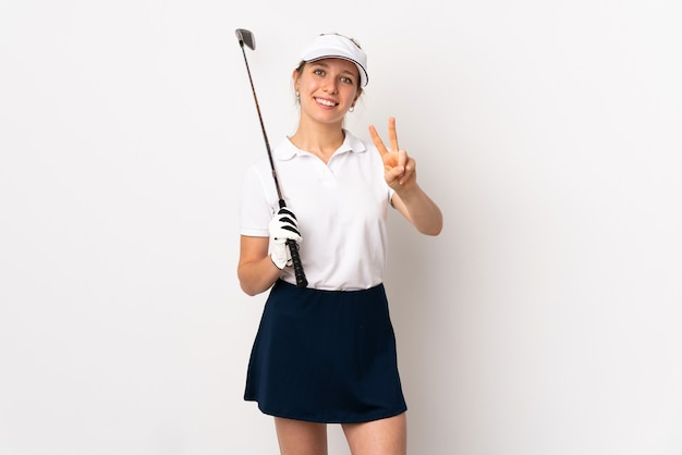 젊은 금발의 여자 골프 흰색 벽에 격리 하 고 승리 기호를 보여주는